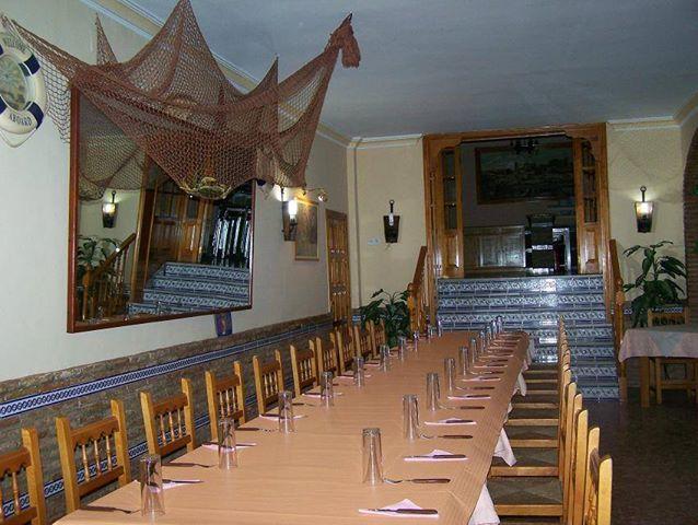 Salón preparado para cena de empresa.